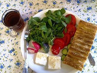 پنیر را به همراه گوجه و خیار نخورید