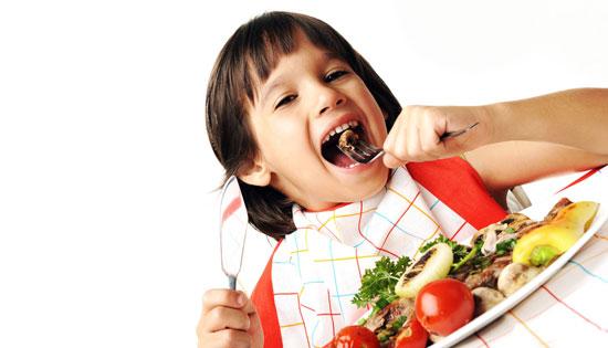 چگونه کودکان را به خوردن غذا ترغیب کنیم