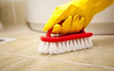 تمیزکردن کاشی های حمام و سرویس بهداشتی