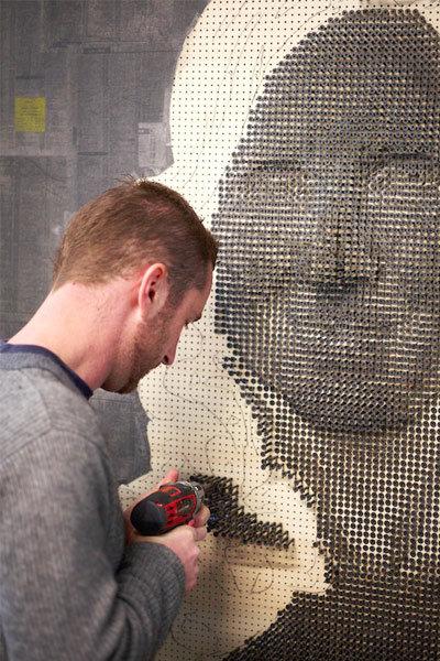 مردی که با پیچ نقاشی میکند