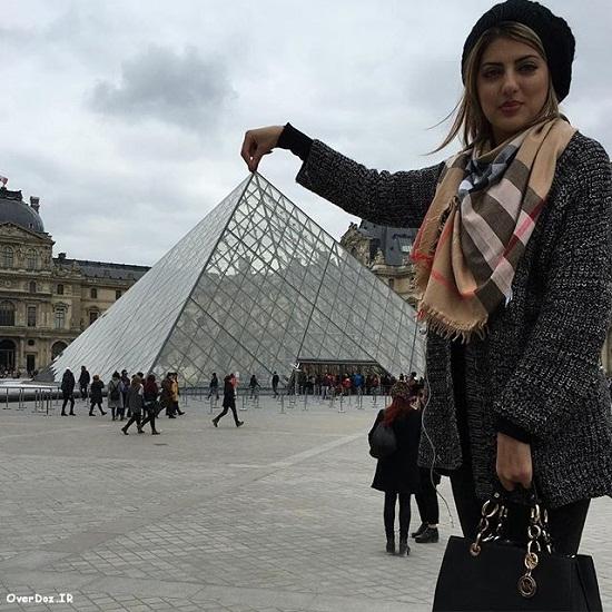 عکس هلیا امامی در موزه لوور