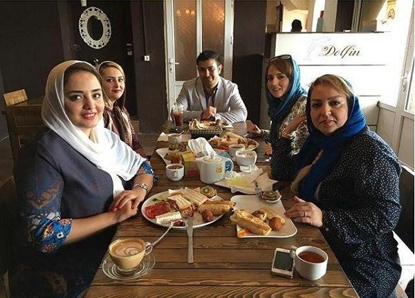 نرگس محمدی در کنار مادر و خواهرش در کافه دلفین بوشهر