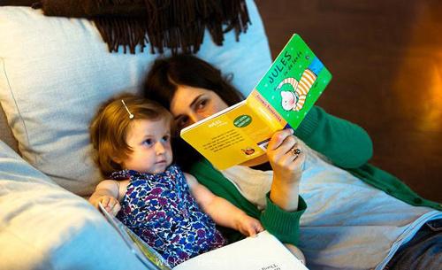 7 فایده خواندن داستان برای کودکان هنگام خواب در شب