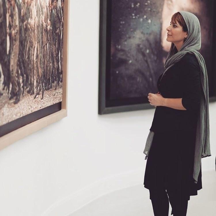 سحر دولتشاهی در نمایشگاه عکس فیلم ایستاده در غبار