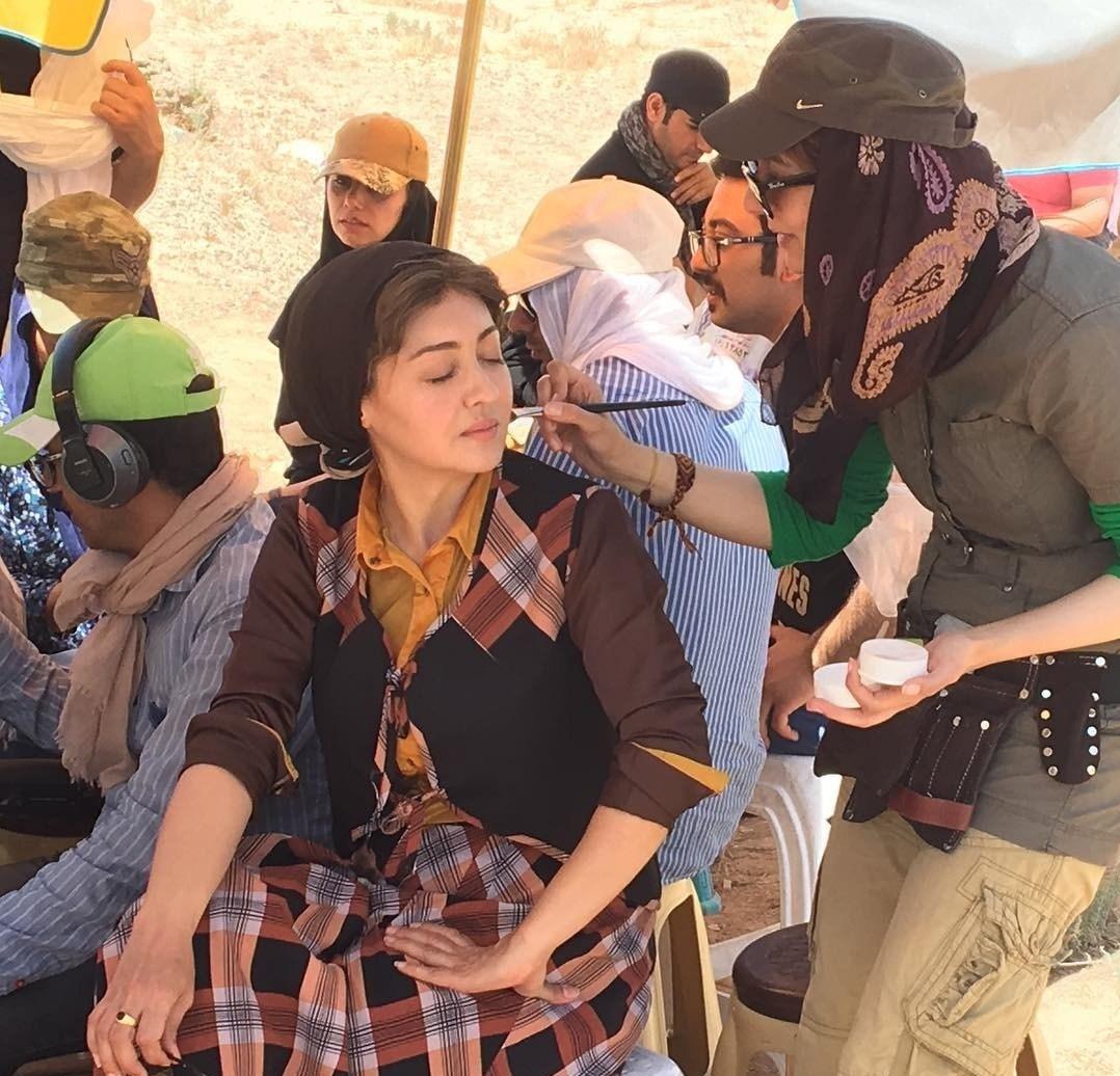 عکس نیکی کریمی در حال گریم در پشت صحنه سریال سرزمین کهن