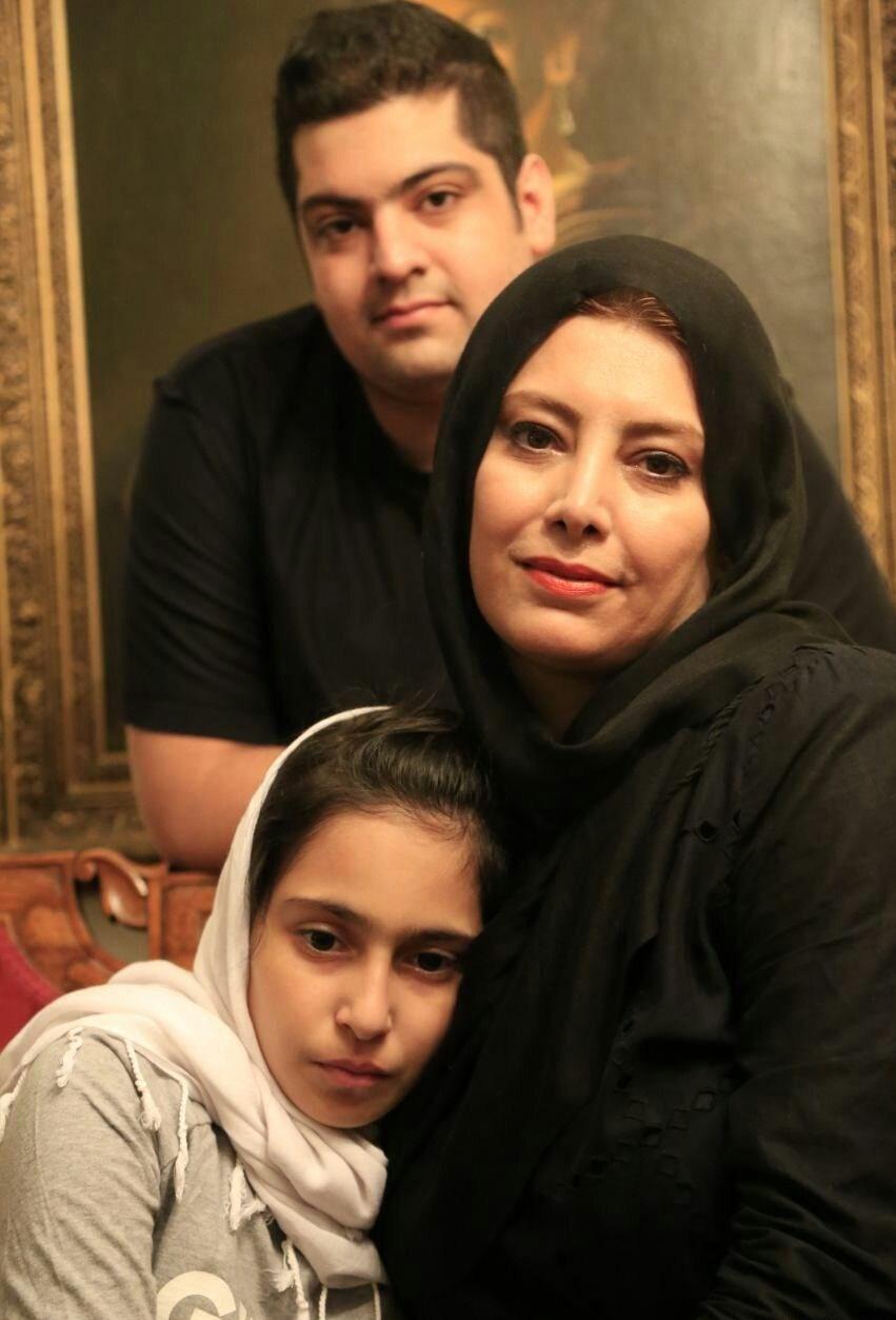 عکس لادن طباطبایی در کنار فرزندانش