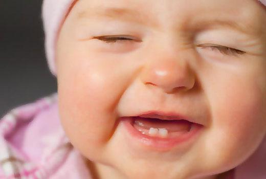 وقتی بچه اولین دندانهای خود را درمیآورد