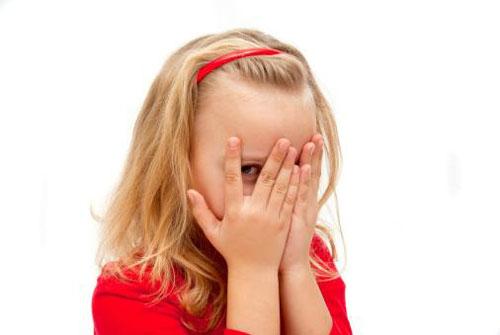 چرا بعضی از کودکان خارج از خانه حرف نمی زند