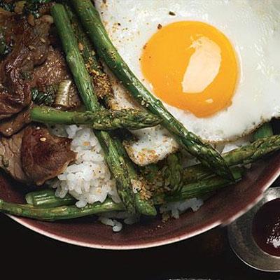 خوراک مارچوبه کبابی و تخم مرغ